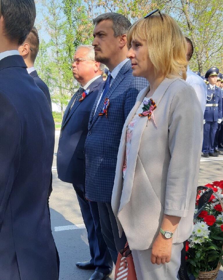 Церемония возложения цветов к мемориалу «Вечный огонь»