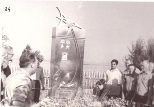 Группа товарищей, прибывшие почтить память летчика-космонавта Комарова у места гибели