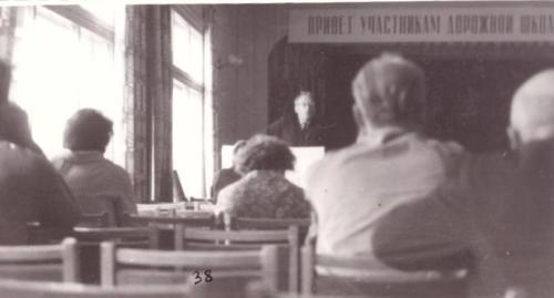 Удлер М.Д. выступает на заключительном заседании школы в Красном уголке ст. Орск