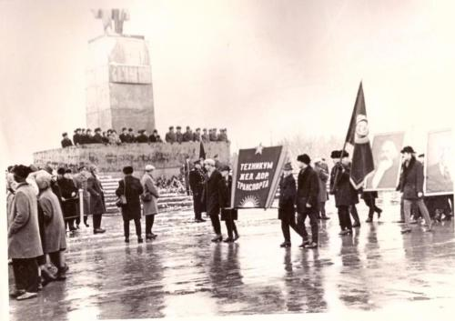 Колонна техникума в день октября 1965